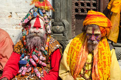 Nicht identifizierte Sadhu Holy-Männer mit traditionellem gemaltem Gesicht Stockfotografie