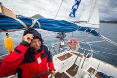 Nicht identifizierte Seeleute nehmen an der Segelnregatta 12. Ellada Autumn-2014 auf Ägäischem Meer teil Lizenzfreie Stockbilder