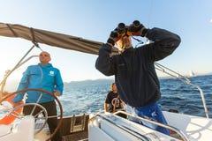 Nicht identifizierte Seeleute nehmen an der Segelnregatta teil Lizenzfreies Stockfoto