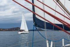 Nicht identifizierte Segelboote nehmen an der Segelnregatta 12. Ellada Autumn-2014 auf Ägäischem Meer teil Stockbild