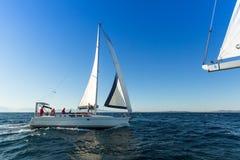 Nicht identifizierte Segelboote nehmen an Segelnregatta 12. Ellada-Herbst 2014 auf Ägäischem Meer teil Lizenzfreie Stockfotografie