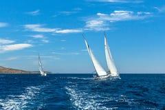 Nicht identifizierte Segelboote nehmen an Segelnregatta 12. Ellada-Herbst 2014 unter griechischer Inselgruppe im Ägäischen Meer t Stockbilder