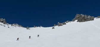 Nicht identifizierte Skifahrer und Snowboarder wandern auf die Oberseite des Rema Stockbilder