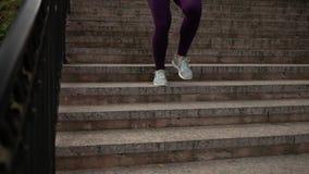 Nicht identifizierte Sportlerin, die unten die Treppe kommt stock video