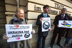 Nicht identifizierte Teilnehmer während des Protestes nahe Krakau-Oper, gegen das Holen von russischen Truppen in der Krim Stockbild