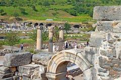 Nicht identifizierte Touristen in alter Stadt Ephesus in der Türkei lizenzfreie stockfotos