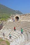 Nicht identifizierte Touristen in alter Stadt Ephesus in der Türkei stockfoto