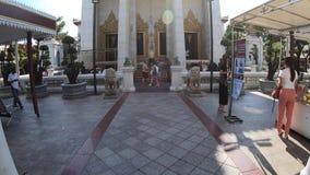 Nicht identifizierte Touristen bei Wat Bowonniwet Vihara der Hauptanziehungskrafttempel in Bangkok, Thailand stock video