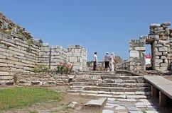 Nicht identifizierte Touristen in den Ruinen von St- Johnsbasilika an Ayasuluk-Hügel Lizenzfreie Stockfotos