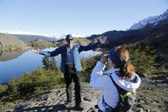 Nicht identifizierte Touristen Fotos im Nationalpark Torres Del Paine, Patagonia gemacht Stockfoto