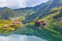 Nicht identifizierte Touristen genießen den Anblick von Balea See lizenzfreies stockbild