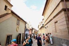 Nicht identifizierte Touristen im goldenen Weg in Prag Stockfoto