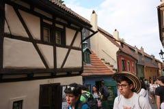 Nicht identifizierte Touristen im goldenen Weg in Prag Lizenzfreies Stockfoto