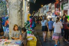 Nicht identifizierte Touristen kaufen am alten Stadtnachtmarkt wird genannt Lard Yai in Phuket, Thailand Stockfoto
