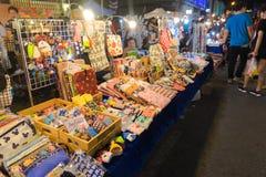 Nicht identifizierte Touristen kaufen am alten Stadtnachtmarkt wird genannt Lard Yai in Phuket, Thailand Stockbilder