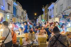 Nicht identifizierte Touristen kaufen am alten Stadtnachtmarkt wird genannt Lard Yai in Phuket, Thailand Lizenzfreie Stockfotos