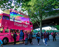 Nicht identifizierte Touristen kaufen gefrorenes yougurt am speziellen Bus Stockfoto