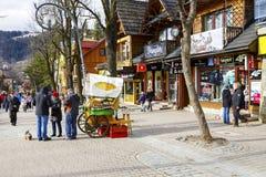 Nicht identifizierte Touristen kaufen Oscypek-Käse Lizenzfreies Stockbild