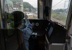 Nicht identifizierte Zugfahrerpunkte an Warnlichtern in Osaka lizenzfreie stockfotos
