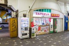 Nicht identifizierte Zugoffizierwartezeit-Untergrundbahn in Tokyo Lizenzfreies Stockbild