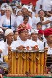Nicht identifizierter Balinesemann, der das traditionelle Balinesemusikinstrument gamelan spielt Stockfoto
