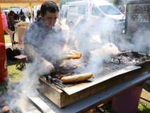 Nicht identifizierter Chef, der das Türkische Kofte-Kebab kocht Stockbilder