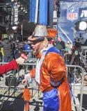 Nicht identifizierter Denver Broncos-Fan während des Interviews mit CNN auf Broadway während der Woche des Super Bowl XLVIII in Ma Lizenzfreie Stockbilder