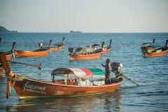 Nicht identifizierter Dorfbewohner bereiten Boot für Produkteinführungstouristen um Lipe-Insel vor Lizenzfreies Stockbild