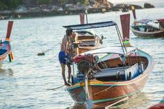 Nicht identifizierter Dorfbewohner bereiten Boot für Produkteinführungstouristen um Lipe-Insel vor Lizenzfreies Stockfoto