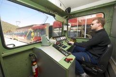 Nicht identifizierter Fahrer des goldenen Durchlaufzugs fährt Lokomotive Stockfotografie