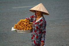 Nicht identifizierter Frauenverkäufer im alten Viertel von Saigon stockfotografie