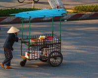 Nicht identifizierter Frauenverkäufer im alten Viertel von Saigon stockfoto