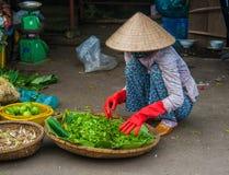 Nicht identifizierter Frauenverkäufer im alten Viertel von Saigon lizenzfreies stockbild