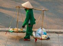 Nicht identifizierter Frauenverkäufer im alten Viertel von Saigon stockbilder