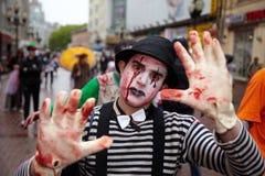 Nicht identifizierter hergerichteter Teilnehmer an der Zombie-Parade Lizenzfreie Stockfotos