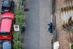 Nicht identifizierter hilfloser Mann bitten Almosen nahe Kirche Stockfotos
