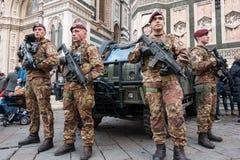 Nicht identifizierter italienischer Soldatstandschutz bei Santa Maria del Fio Stockfoto
