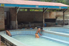 Nicht identifizierter Junge säubert Pools an den heißen Quellen Lizenzfreies Stockfoto