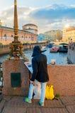 Nicht identifizierter Künstler, der den Damm von Moika-Fluss und von historischen buldings in St Petersburg, Russland malt Stockbilder