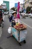 Nicht identifizierter lokaler FrauenStraßenhändler in Siem Reap stockbilder