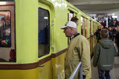 Nicht identifizierter älterer Mann, der eine Ausstellung von alten U-Bahnautos aufpasst Lizenzfreie Stockfotografie