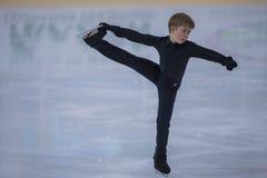 Nicht identifizierter Männerfigur-Schlittschuhläufer führt Bronzeklassen-Mann-freies Eislaufprogramm an der Minsk-Arena-Schale du Lizenzfreie Stockfotos