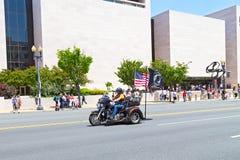 Nicht identifizierter Mann auf Motorrad mit USA und Amerikaner POWs und MIA-Flaggen Stockfotos