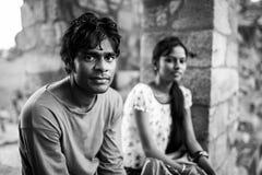 Nicht identifizierter Mann, der in Bereich von Qutub Minar reist Stockfoto