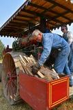 Nicht identifizierter Mann, der den zarten Kasten einer Dampfmaschine füllt stockfoto