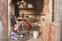 Nicht identifizierter Mann, der in der Straße von Meknes, Marokko arbeitet Meknes ist eins der vier Imper Stockfotografie