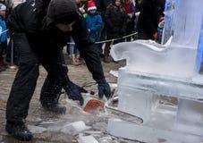 Nicht identifizierter Mann, der Grafik aus Eisblock heraus herstellt Lizenzfreies Stockbild