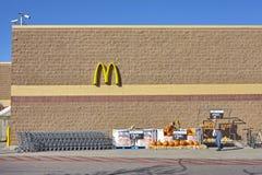 Nicht identifizierter Mann, der Walmart-Speicher verlässt Lizenzfreies Stockfoto