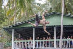 Nicht identifizierter Mann springen in das Pool in der Anziehungskraft gleiten n-Fliege auf Insel Koh Phangan, Thailand lizenzfreies stockbild