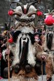 Nicht identifizierter Mann in traditionellem Kukeri-Kostüm wird am Festival der Maskerade-Spiele Kukerlandia in Yambol, Bulgarien Lizenzfreie Stockbilder